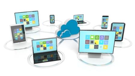 Cloud icoon met communicatie-apparaten eromheen, geïsoleerd op een witte achtergrond Stockfoto