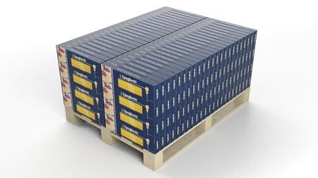 palet: cajas de espagueti fijaron sobre palet de madera, aislado en fondo blanco.