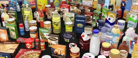 Varios productos comestibles de cerca, sobre fondo negro con reflejos