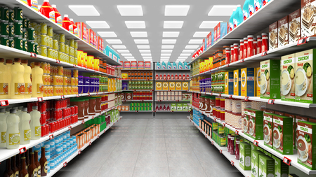 comida rica: interiores supermercado con estantes llenos de diversos productos. Foto de archivo