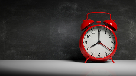 레트로 빨간색 알람 시계 칠판 및 복사 공간