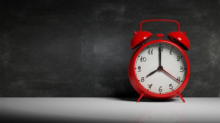 Retro czerwony budzik z tablicy i kopia