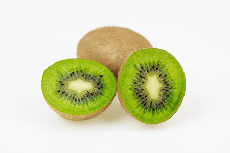kiwi fruta: kiwiftuits frescas con uno reducido a la mitad, en el fondo blanco.