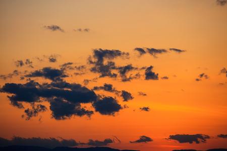 anochecer: Majestic viva la puesta del sol  salida del sol con nubes sobre las montañas Foto de archivo