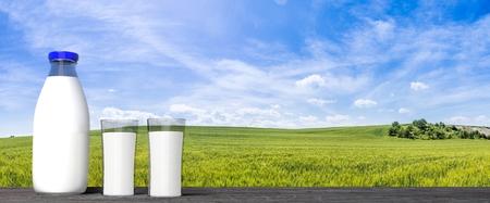 Rendu 3D de la bouteille de verre lait et des verres, avec des champs verts et fond de ciel bleu. Banque d'images