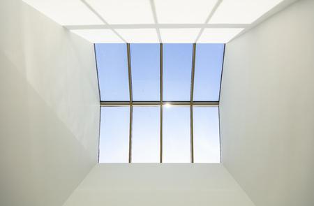 Schijnwerper raam op het dak van een gebouw
