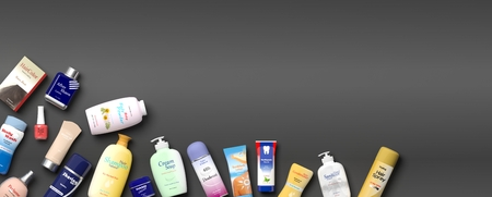 mujer en el supermercado: Collection of personal care productss on grey background. 3d illustration