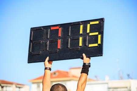 サッカー (フットボール) 審判のアシスタントとボードの代替