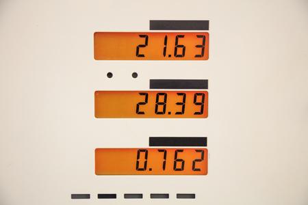 燃料価格は燃料ステーションで署名します。 写真素材
