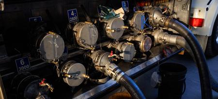 燃料ステーションで貯蔵タンクを充填するタンカートラック 写真素材 - 89532413