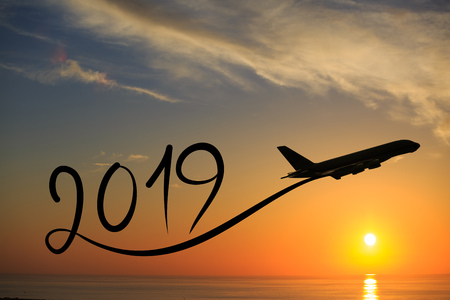 New year 2019 drawing by flying airplane on the air at sunrise 免版税图像 - 100084108