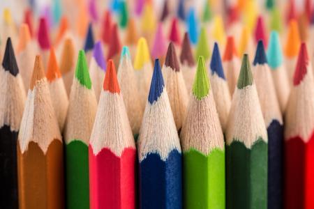 Primo piano macro colpo di colore matita mucchio pennini matita