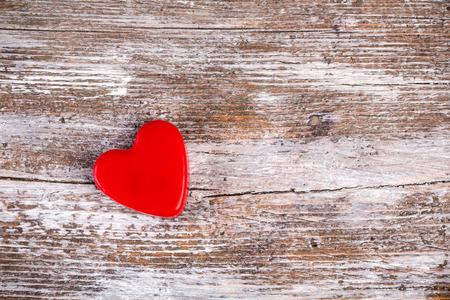 Valentijnsdag rood hart op grunge houten achtergrond