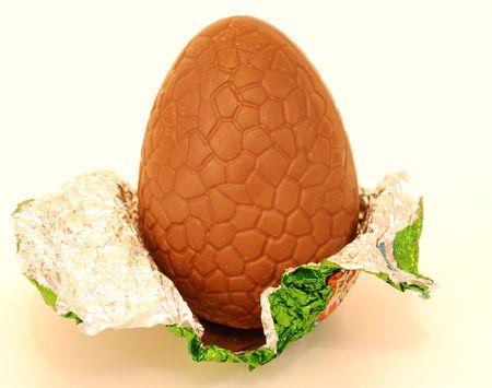 alumni: gran huevo de chocolate con sus alumnos envasado alrededor de fondo blanco