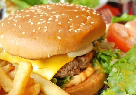 bistecche: deliziosi hamburger americano formaggio con lattuga fresca e patatine fritte