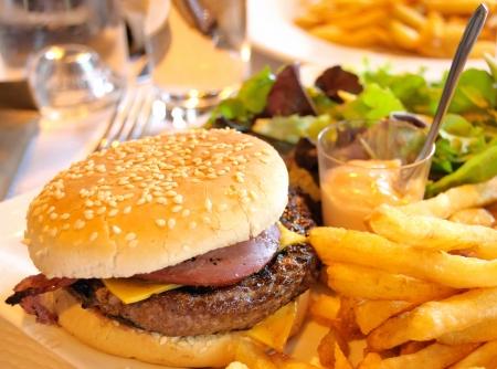 papas fritas: deliciosa hamburguesa con queso americano con lechuga fresca y papas fritas