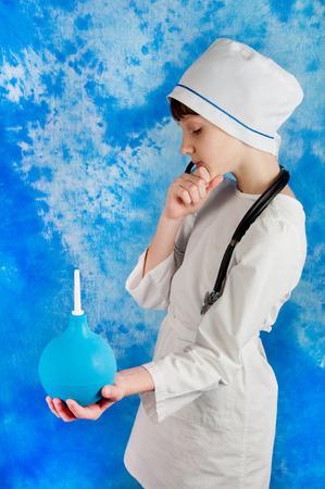 einlauf: Kid in weiß Arzt Kostüm und Stethoskop blau medizinische Einlauf auf blauem Hintergrund Lizenzfreie Bilder
