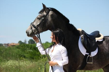 Belle femme caucasien et gris portrait de cheval en été Banque d'images - 30794425