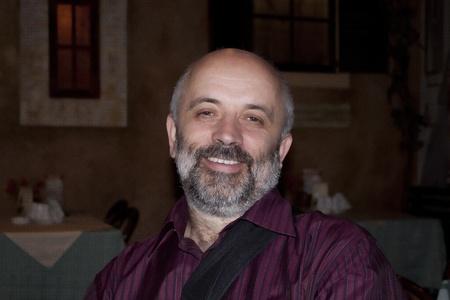 hombre con barba: Hombre barbudo sonriente Foto de archivo