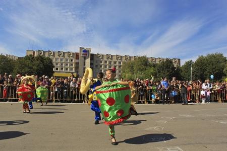 central square: Slavyansk, Ucraina - 4 settembre 2010. Celebrazione della citt�. I bambini di danza durante la sfilata di carnevale nella piazza centrale.
