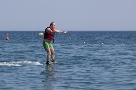 increasingly: CAMYUVA, Kemer, Turchia - 16 luglio 2015: non identificato uomo turco studiando estremo Flyboard. Sport acquatici estremi sono sempre pi� popolari sulle spiagge della Turchia
