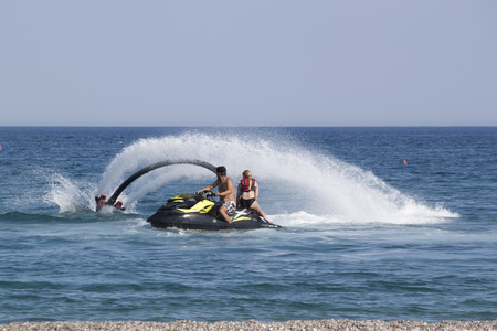 increasingly: CAMYUVA, Kemer, Turchia - 16 luglio 2015: non identificato uomo turco dimostra acrobazie Flyboard sulla spiaggia di Camyuva. Sport acquatici estremi sono sempre pi� popolari sulle spiagge della Turchia