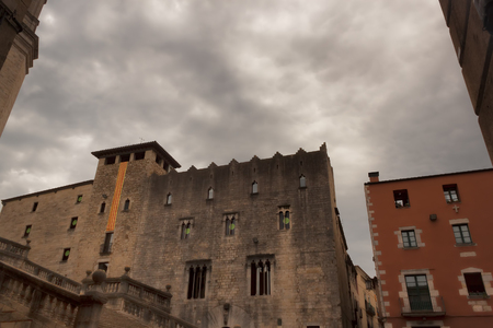 Old buildings near Gothic Cathedral of St. Virgin Mary in the old town of Girona Banque d'images - 121873263