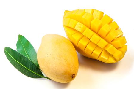 mango fruta: Fruta del mango con las hojas. Foto de archivo