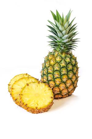 白い背景に、フルーツのスライスとパイナップル。 写真素材