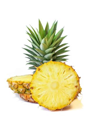 clima tropical: Piña fresca con hojas, Tropical, Fruta, Fondos Blancos. Foto de archivo