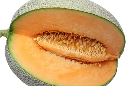 Meloen of kantaloep die wordt gesneden om het sappige oranje vlees en het zaad te tonen dat op witte achtergrond wordt geïsoleerd. Stockfoto - 89446570