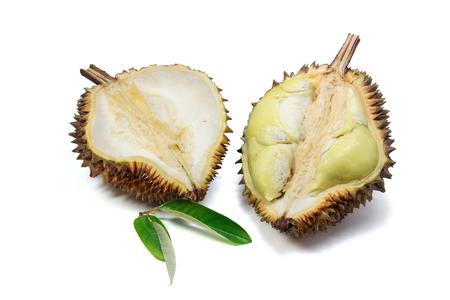 Durian, in tweeën gesneden om rijp geel vlees en Durian-blad op witte achtergrond te tonen. Stockfoto - 89493227