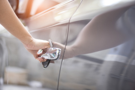 Hand opening car door Stockfoto - 104553463