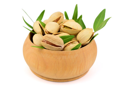 Isolated Pistachio Nuts in a Bowl. Banque d'images
