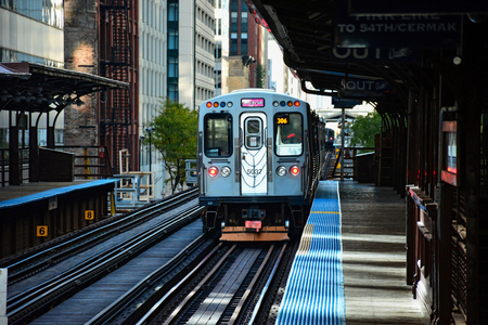 Chicago CTA train departs from the station 報道画像