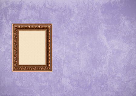 Baroque picture frame: Vider baroque cadre photo avec copyspace sur un mur violet grunge stuc