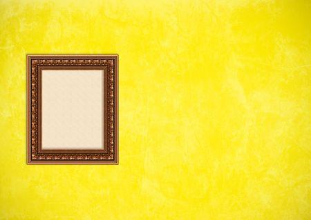 Baroque picture frame: Vider baroque cadre photo avec copyspace sur un mur de stuc jaune grunge