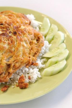 Aislado de arroz cocido y tortilla de pepino rebanada Foto de archivo