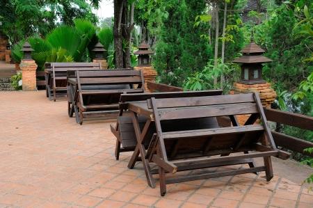 Antiguo mesas de madera y un banco