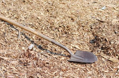 bark mulch: shovel