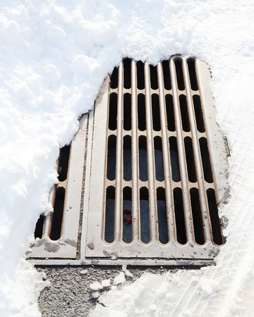 manhole: manhole with snow