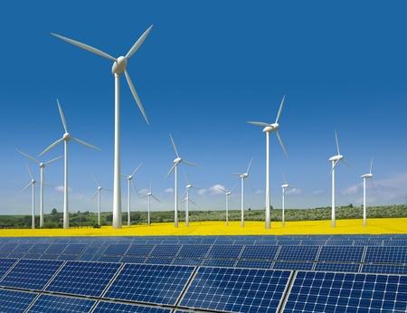 Windturbines en zonnepanelen in een veld koolzaad