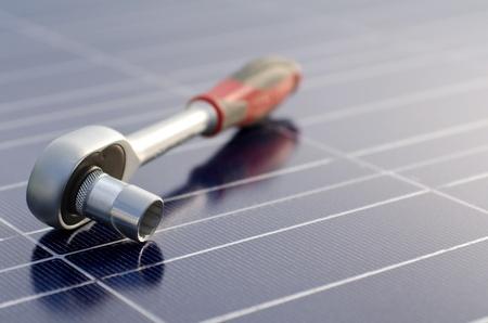 Ogniwa słoneczne i klucz z grzechotką