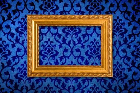 vintage grunge image: Cornice oro su sfondo vintage muro blu