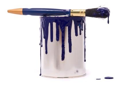 gold cans: Possibile di vernice blu e pennello professionale su un bianco