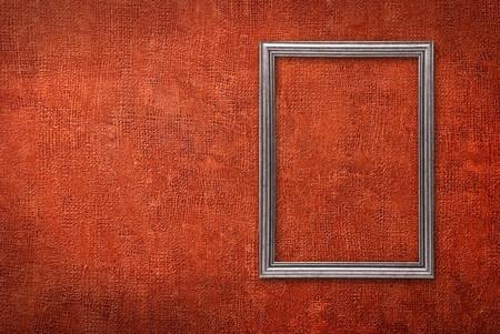 rust red: Marco de plata sobre un fondo rojo de pared
