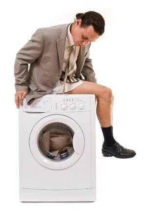 lavadora con ropa: Toallitas pantalones hombre en la lavadora