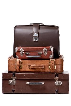 maleta: Viejas maletas aislados en un fondo blanco