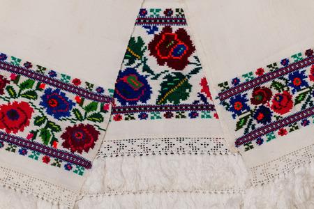 Nahaufnahme des osteuropäischen Stickmusters mit Blumenmotiven auf Handtüchern und Kleidung. Standard-Bild