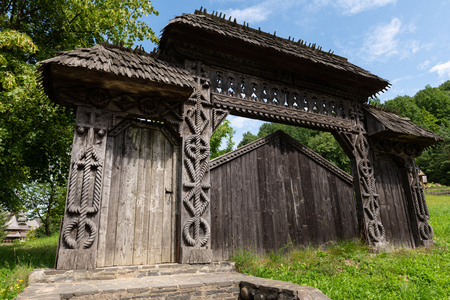 Barsana Monastery Architectural Detail - Traditional Wooden Carved Gate (Maramures, Romania). Foto de archivo